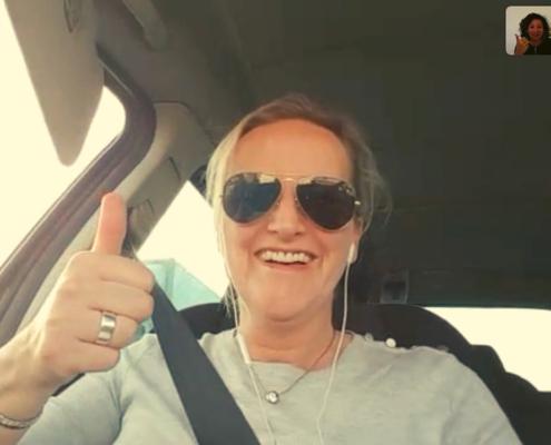 marion manders in auto met duim omhoog